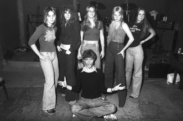 kim-fowley-with-the-runaways-1975-joan-jett-cherie-curie-lita-ford-billboard-650